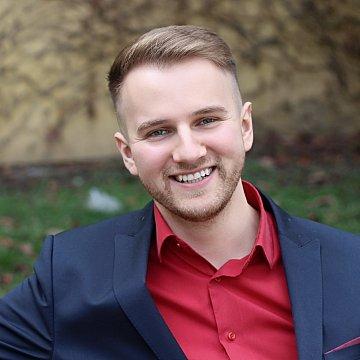 Som mladý operný spevák, čerstvý absolvent operného spevu a pedagogiky na VŠMU. Učím u seba v centre Bratislavy, mám k dispozícií klavír a nahrávacie štúdio.