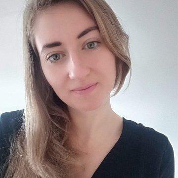 šest let profesionální učitelka, vystudovaná pedagogika na VŠ, práce v jazykové škole v Portugalsku, certifikát CELTA (University of Cambridge), TEFL