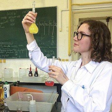Ráda vám chemii vysvětlím jednoduše a třeba vás začne i bavit