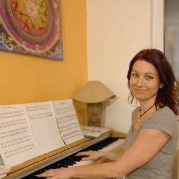 Doučování žáků základních škol, výuka hry na klavír a hudební teorie