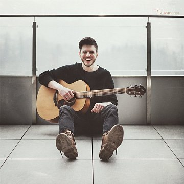 Akustická kytara, populární zpěv, klávesy